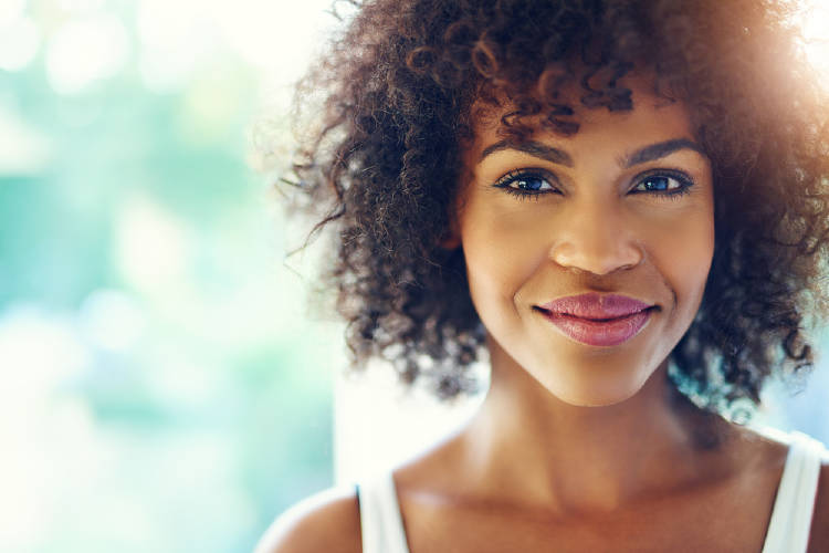 Una mujer sonriendo