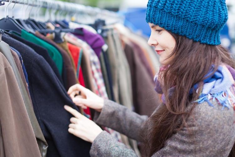 mujer mirando ropa vintage