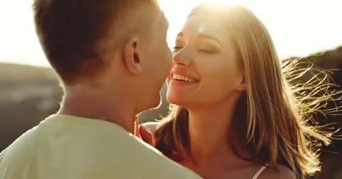 ¿Qué significa la sonrisa de tu pareja después de besarte?