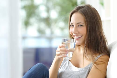 Los 10 beneficios que trae beber agua tibia en ayunas