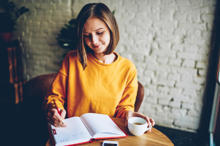 mujer escribe