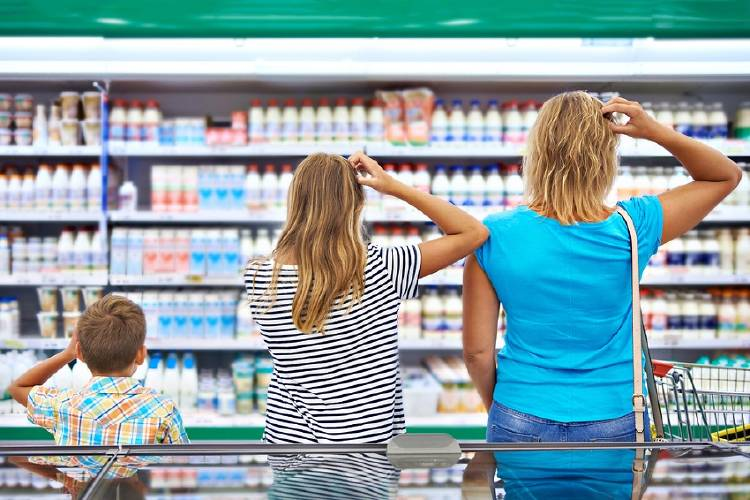 madre hijo abuela indecision compras supermercado