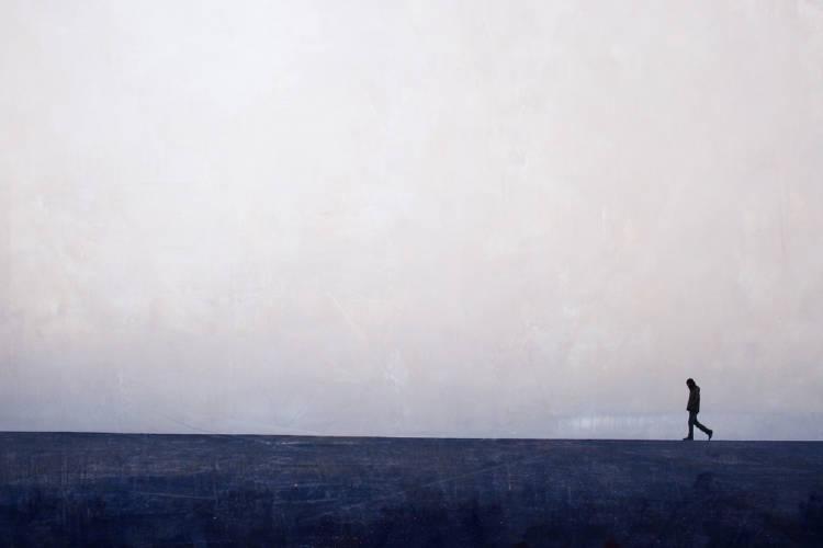 hombre camina nieblaieblaio