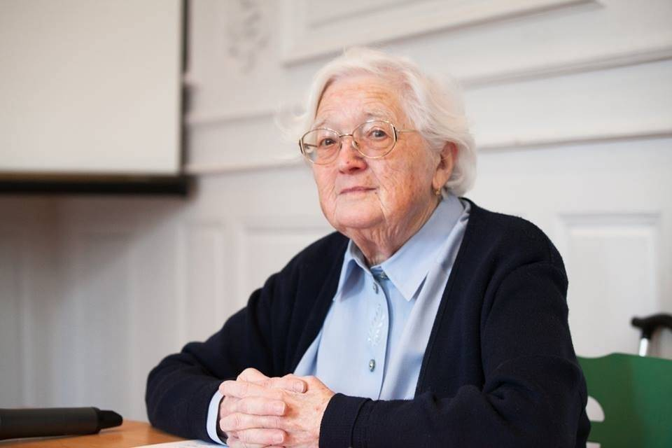 Esta mujer entregó su tesis a los 91 años y ahora es doctora