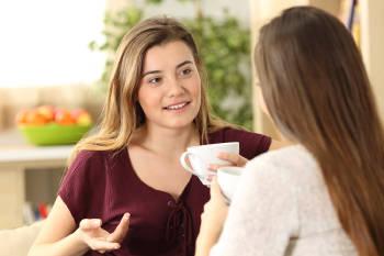 Dos mujeres conversando y tomando café