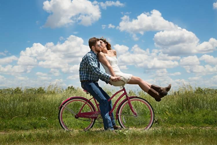 Una pareja andando en bicileta en un día soleado