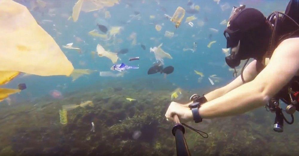 El plástico ha llegado a las aguas de Bali, Indonesia.