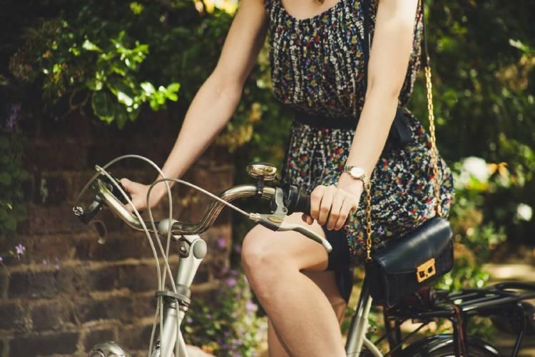 chica andando en bici