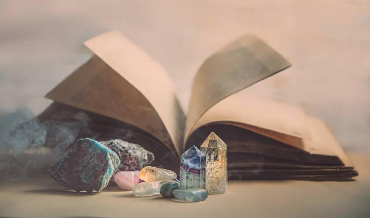libro con cristales