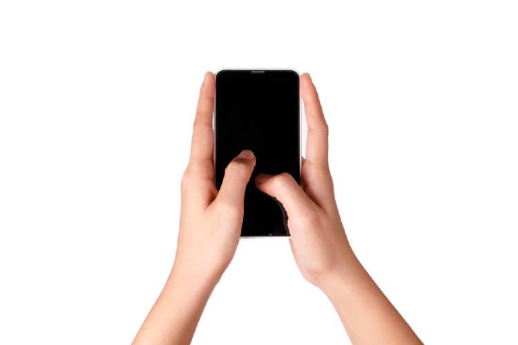 usando celular smartphone con ambas manos