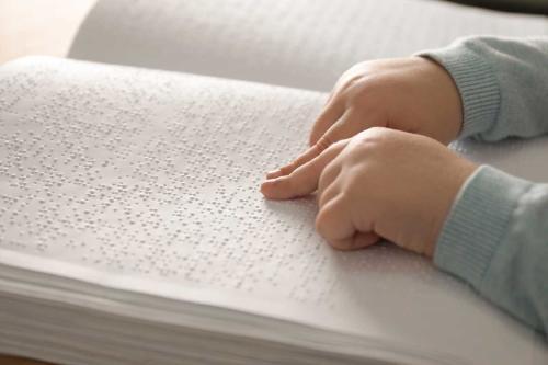 Niña no vidente fue sorprendida con los libros de Harry Potter en braille para Navidad
