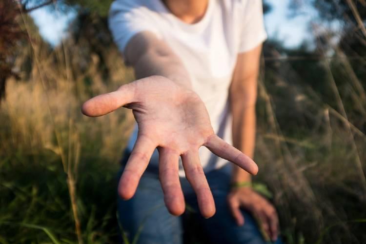 tender mano ayudar