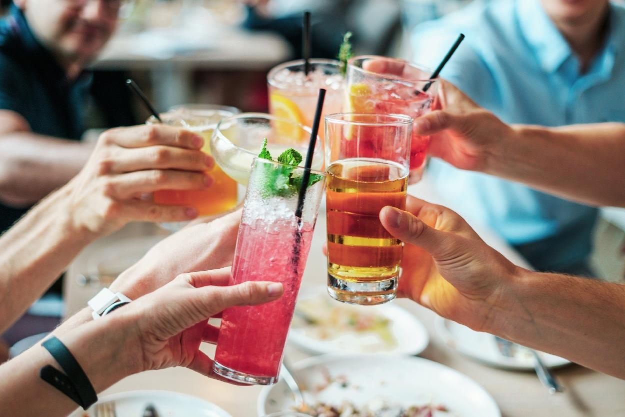 Covid-19: ¿Se debe evitar consumir alcohol después de recibir la vacuna?