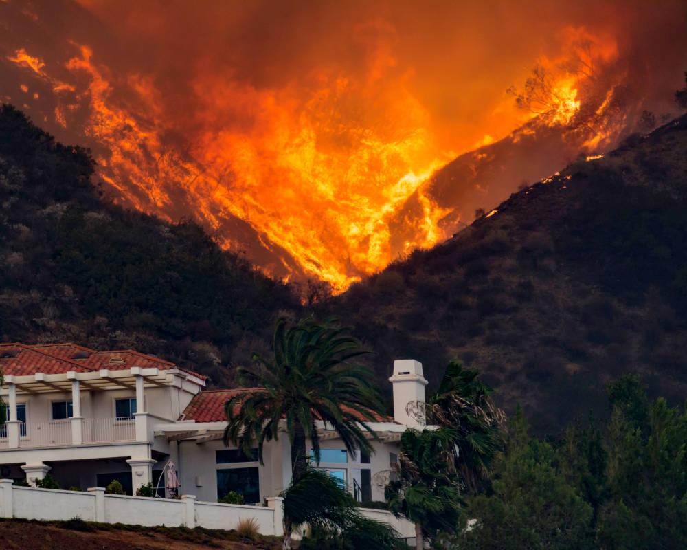 Incendios en California: las condiciones climáticas complican la situación