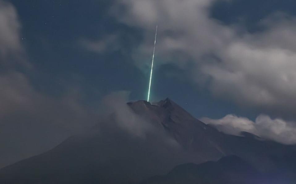 Logran captar el momento justo en el que un meteoro cae sobre un volcán activo