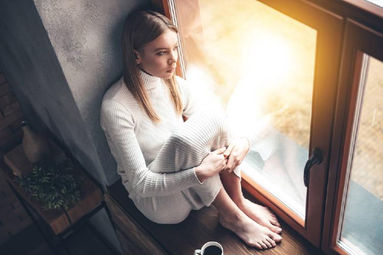 mujer triste ventana