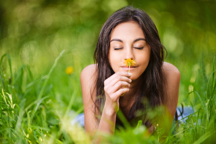 mujer huele flor