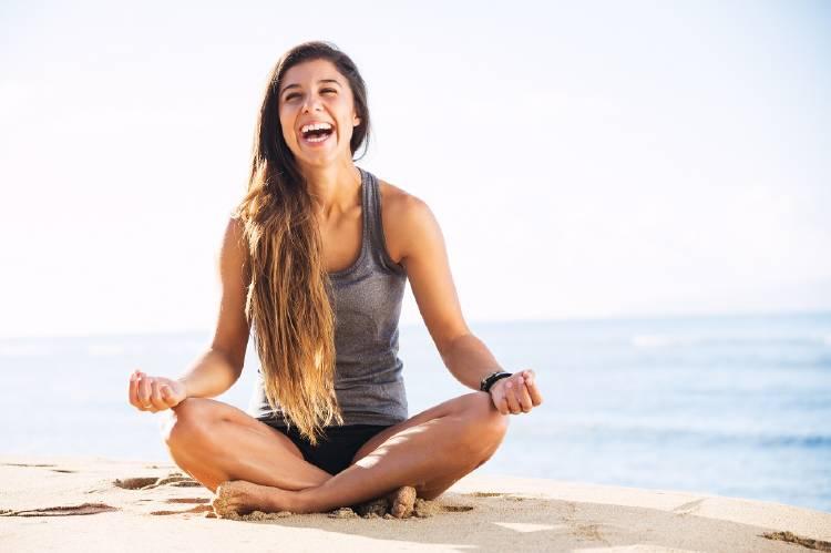 mujer yoga risa