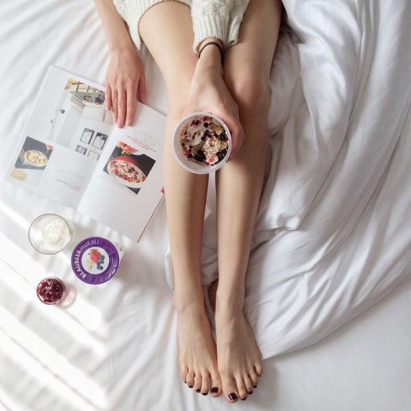 0 yogurt mujer probioticos 2 La guía definitiva de los alimentos probióticos