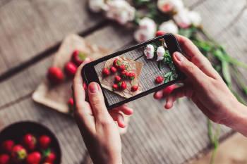 Cámara de celular enfoca frutillas