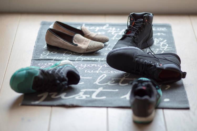 zapatos sobre una alfombra