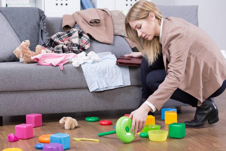 Madre ordena juguetes