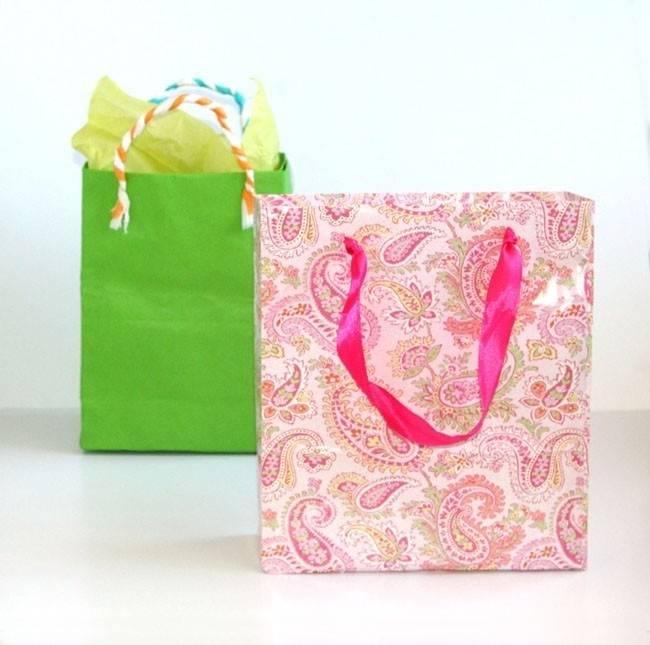 Cómo hacer bolsas de regalo con papel reciclado
