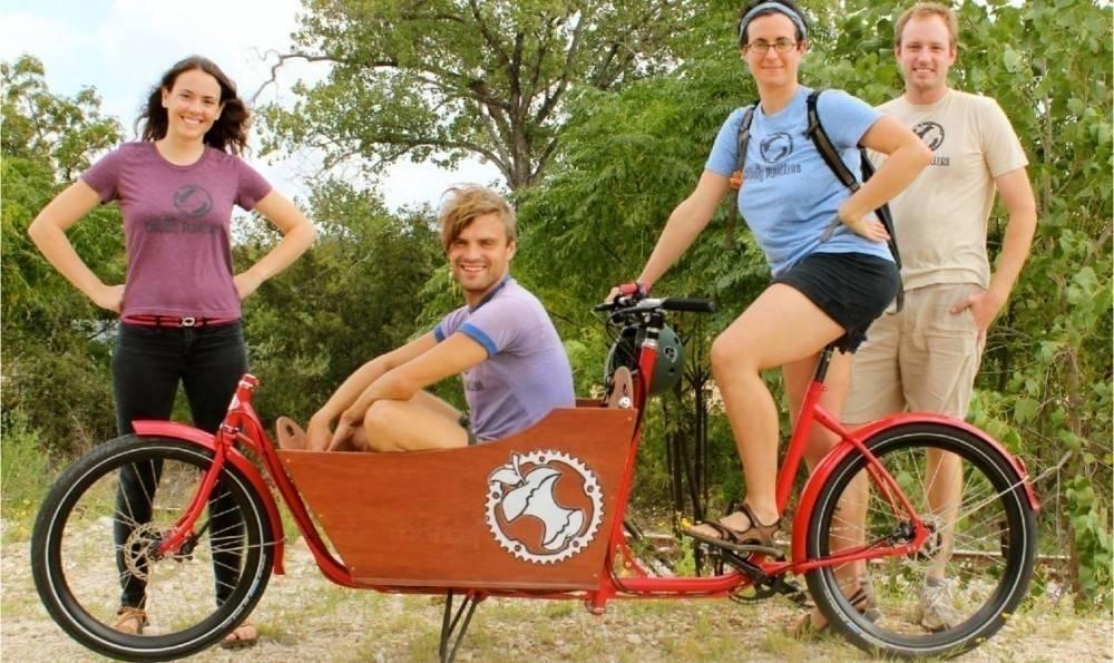 Un equipo de ciclistas con una gran iniciativa para reciclar materiales orgán..