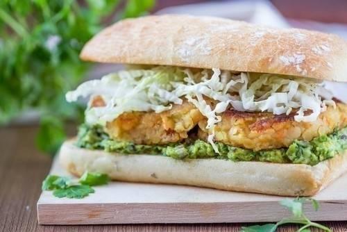 Hamburguesas veganas de garbanzos, avena y curry