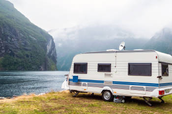 furgoneta estacionada sobre un lago