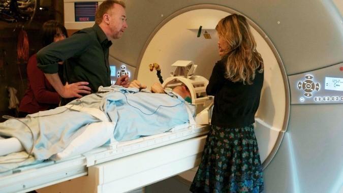 Para uno de cada cinco de los pacientes con los que trabaja, esto provoca que sus cerebros se iluminen con actividad en un escáner MRI