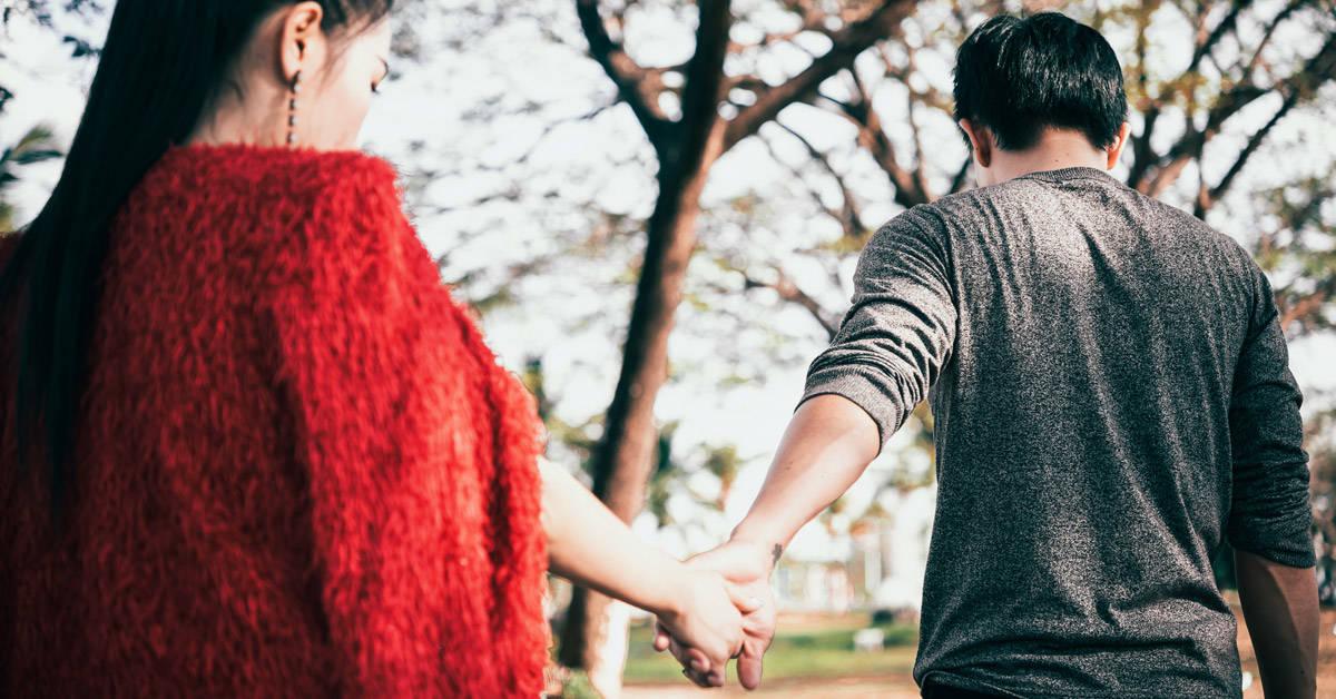 Por qué deberías preocuparte si tu pareja te deja atrás cuando caminan