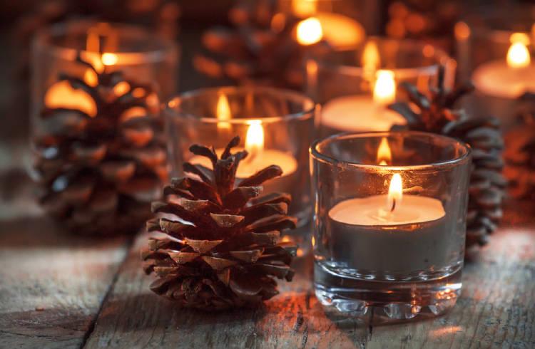 Piñas junto a velas