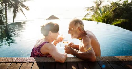 una pareja grande disfruta de un dia soleado en la pileta. vacaciones de verano. pareja de abuejos vacacionando