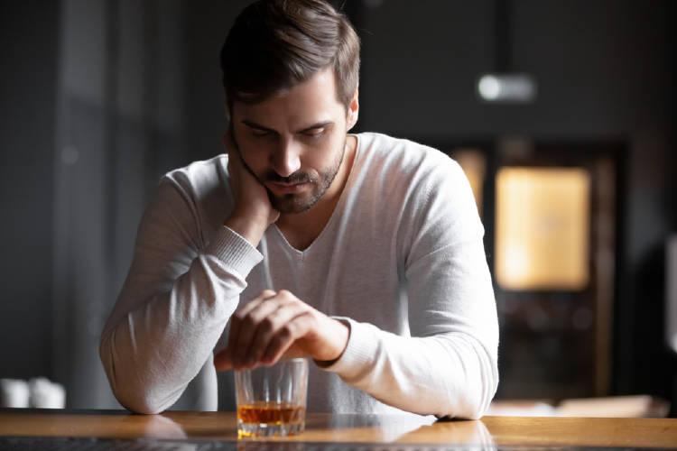 hombre bebe alcohol