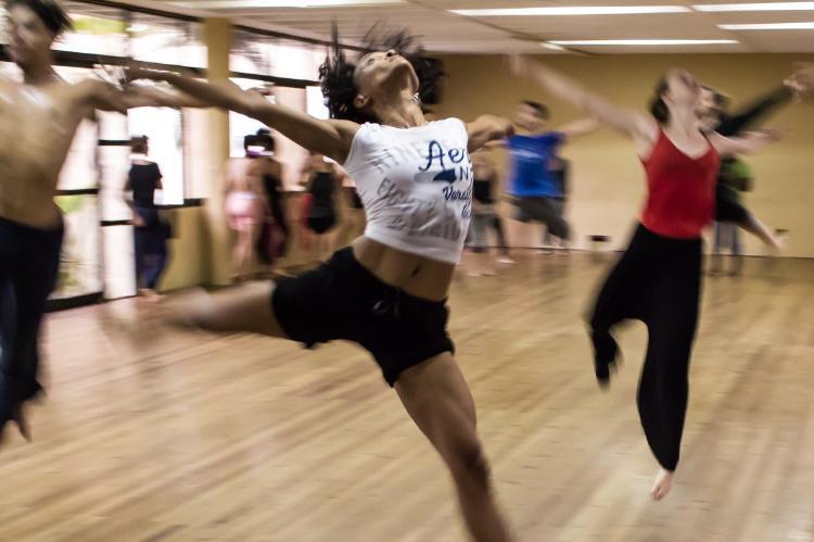 Mujer bailando en grupo