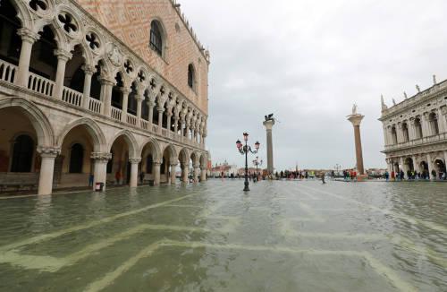 Venecia respira tranquila, pero las inundaciones amenazan a Pisa y Florencia