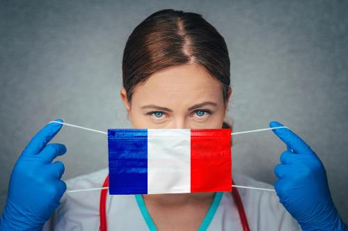"""Francia premia con la ciudadanía a los que combatieron la pandemia en """"primera línea"""""""
