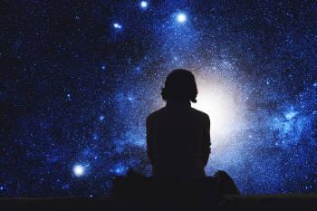 persona mirando estrellas