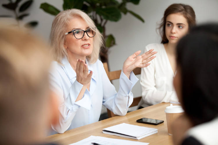 mujer de negocios edad avanzada