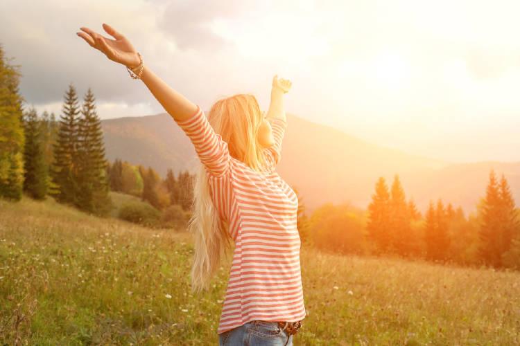 mujer libre y feliz al aire libre