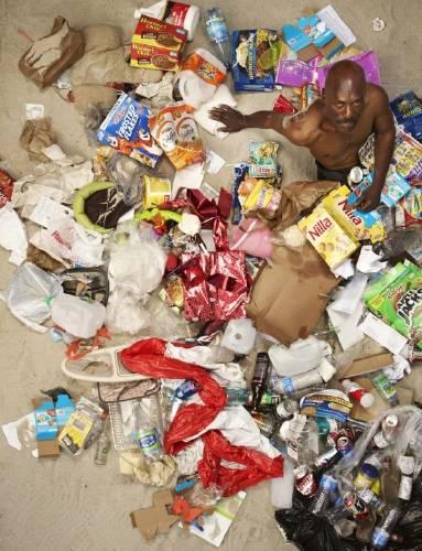 Un fotógrafo retrata a personas entre su basura de una semana