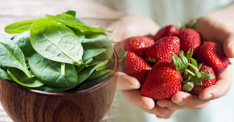 la espicana y las fresas son dos alimentos nutritivos que tienen casi cero calorias