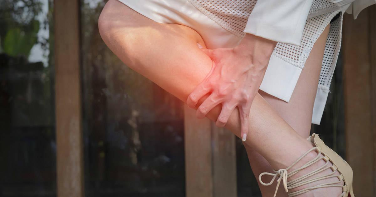 ¿Sufres de piernas cansadas? Practica esta postura de yoga fácil e infalible