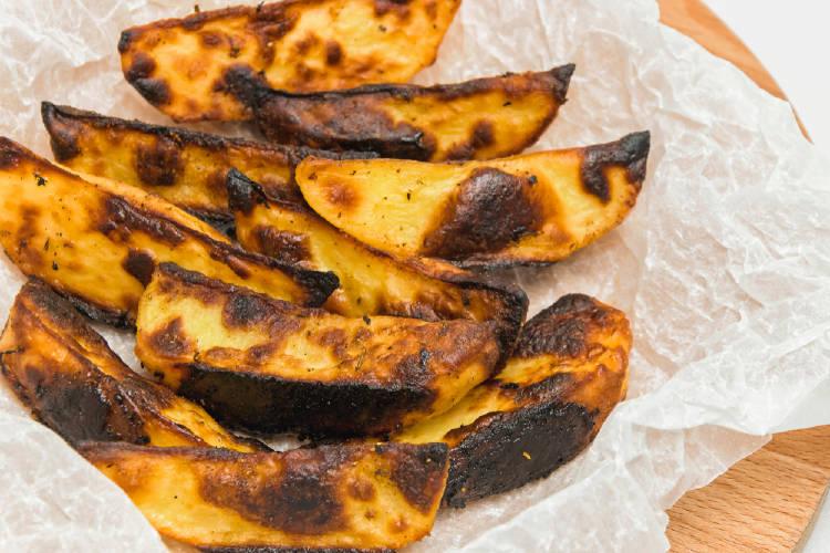 Patatas quemadas sobre una tabla de madera