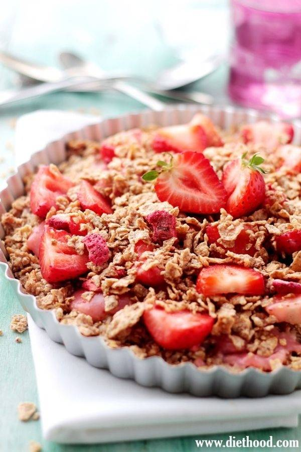 Pastel crujiente de fresas, coco y avena