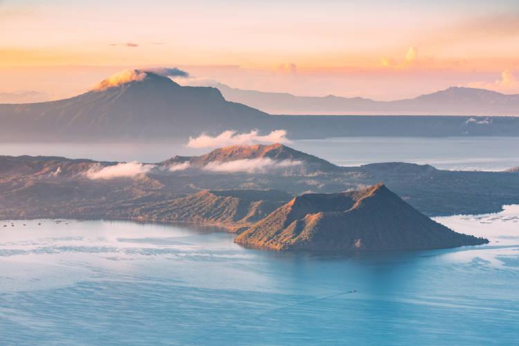 Volcán sobre agua
