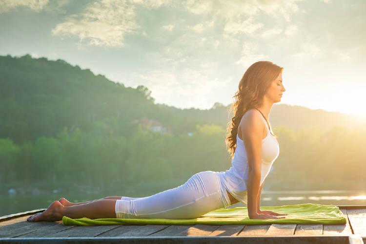Una mujer haciendo yoga al aire libre