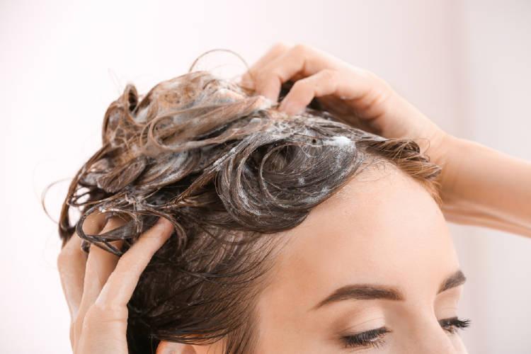 Una mujer se lava el cabello