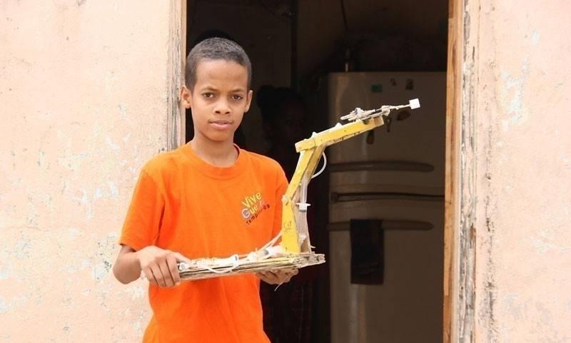 El niño dominicano que fabrica máquinas con basura